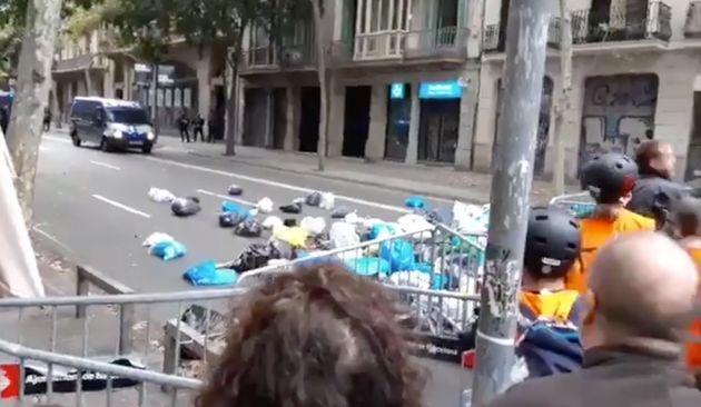 Manifestantes lanzan basura junto a la Delegación del Gobierno en