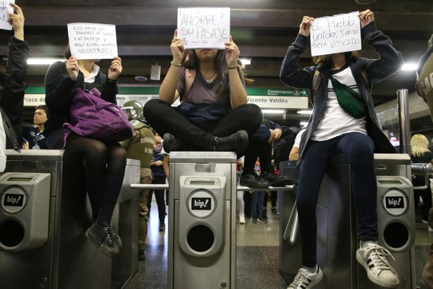 지난 18일 아직 시위가 격화되기 전 산티아고의 학생들이