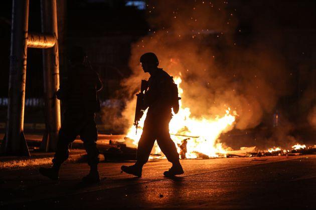지난 20일 계엄령이 선포된 이후 한 군인이 폭력 사태가 벌어진 지역을 순찰하고