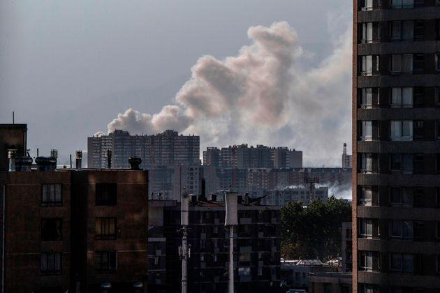 20일 산티아고 인근의 창고가 불에 타 그 연기가 하늘로 치솟고 있다. 이 사고로 5명이