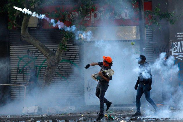 Des manifestants anti-gouvernementaux face à la police dans les rues de Santiago au Chili le...