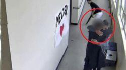 Lo studente imbraccia il fucile a scuola, il prof lo disarma abbracciandolo