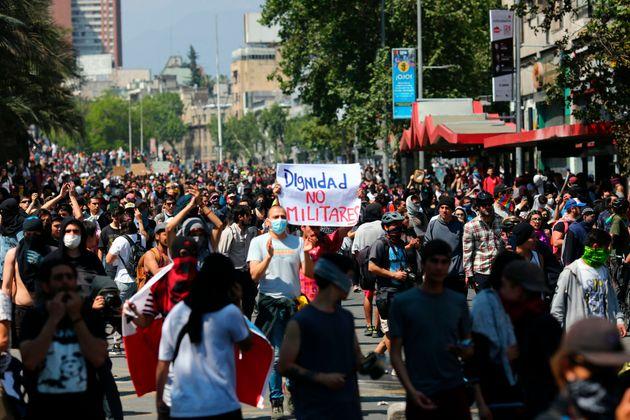 Des manifestants protestent contre les conditions économiques inégalitaires et la répression...