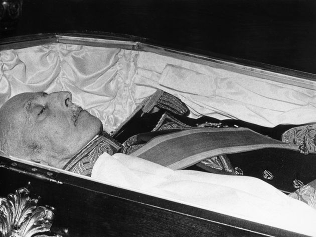 Francisco Franco, en su féretro, durante el velatorio en el Palacio del