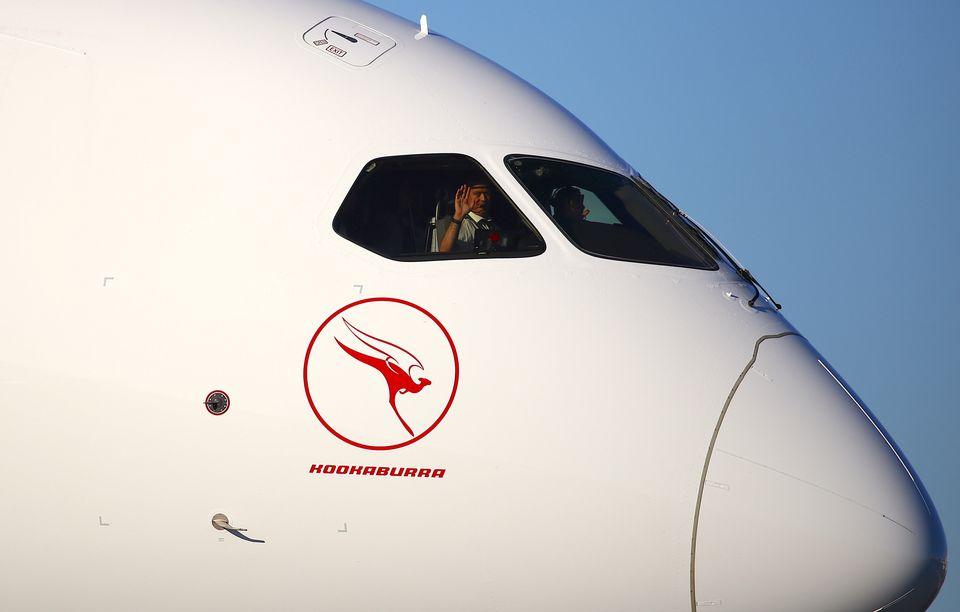 '세계 최장거리 직항 노선' 운항을 무사히 마치고 시드니공항에 도착한 QF7879편 여객기의 조종사들이 손을 흔들어보이고 있다. 2019년