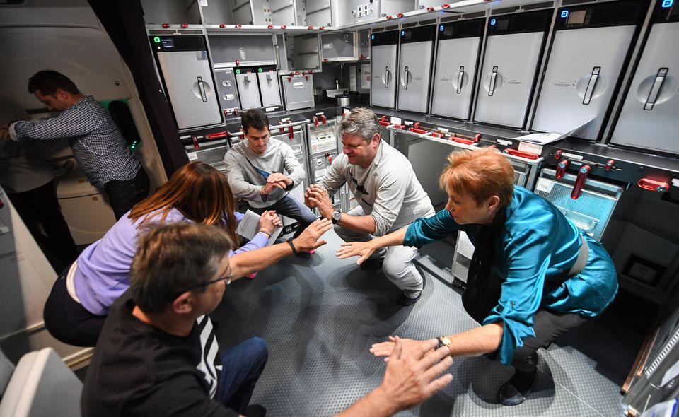 시험비행에 참여한 탑승객들이 '과학적 권고'에 따라 비행 도중 스트레칭을 하고