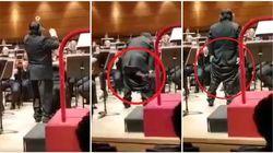 Colpo di scena a teatro. Il direttore d'orchestra perde i pantaloni ma non il tempo