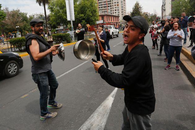 Cacerolada en Santiago de Chile este domingo, 20 de