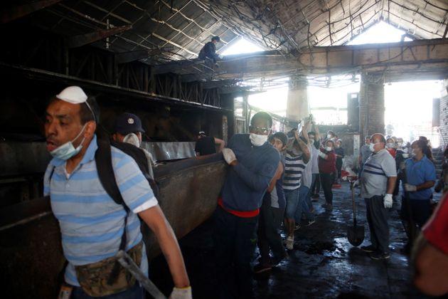 Decenas de chilenos ayudan en las tareas de limpieza del Metro de Santiago en la estación de San...
