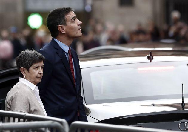 El presidente del Gobierno en funciones, Pedro Sánchez, acompañado por la delegada del Gobierno en Cataluña,...