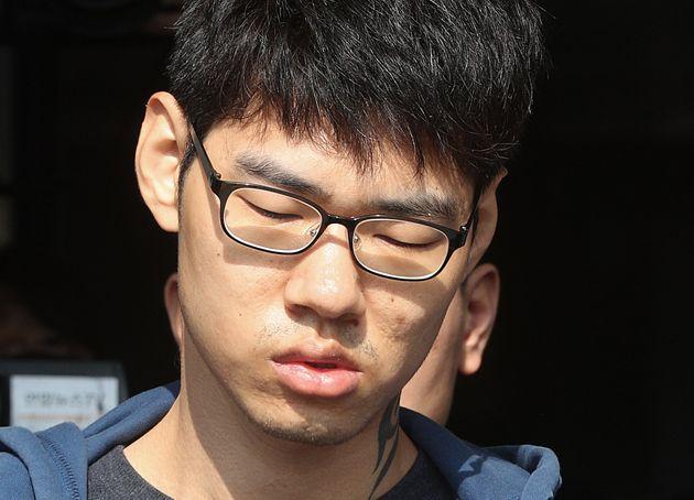 사진은 2018년 10월, PC방 살인 사건 피의자 김성수가 정신감정을 받기 위해 이송되는 모습. 그는 1심에서 징역 30년형을 선고
