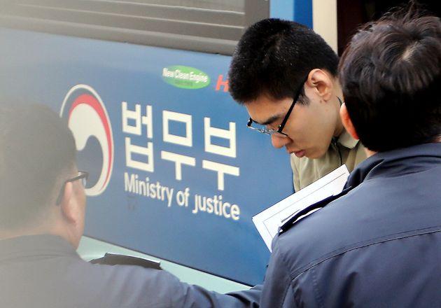 PC방 살인 사건 피의자 김성수가 지난 1월 서울남부지방법원에서 열린 첫 공판준비기일에 출석하기 위해 호송차에서 내리는 모습. 2019년