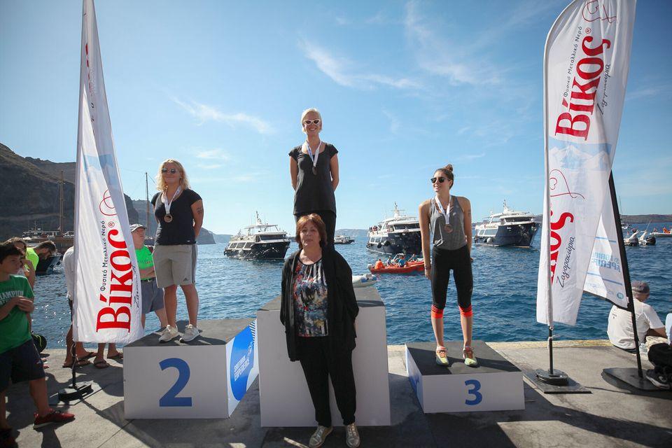 Οι τρεις πρώτες κολυμβήτριες στον αγώνα κολύμβησης open water by Vikos με την Αντιδήμαρχο Θήρας, Οίας,...