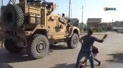 Εξευτελιστικό: Κούρδοι πετούν πατάτες σε Αμερικανούς στρατιώτες που αποχωρούν από τη