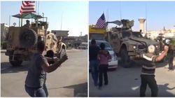I curdi lanciano pietre e pomodori contro l'esercito Usa che si ritira dalla Siria