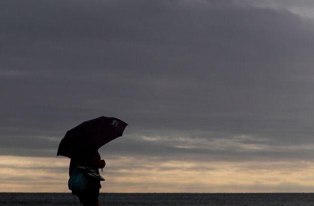 Una persona pasea por la playa de la