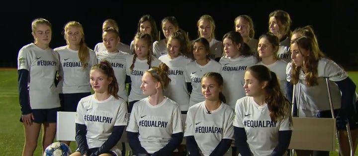 Les joueuses du lycée de Burlington arborant les T-shirts #EQUALPAY.