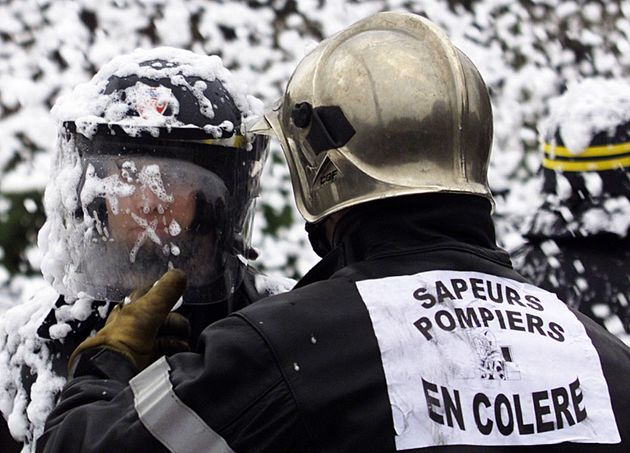 Des pompiers de Mayotte refusent de sécuriser l'avion de Macron en solidarité pour ceux...