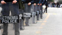 Ο παπάς – αστυνομικός που φυλάει σκοπιά με όπλο στα