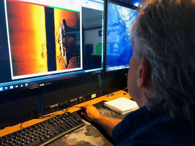 Rob Kraft, directeur des opérations sous-marines chez Vulcan Inc., passe en revue le sonar d'un...