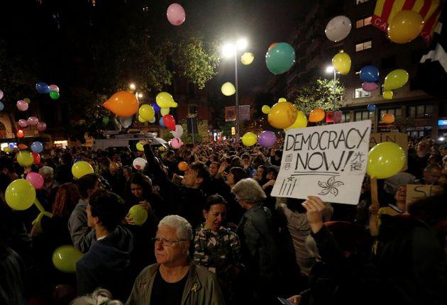 Globos y pancartas, en la noche