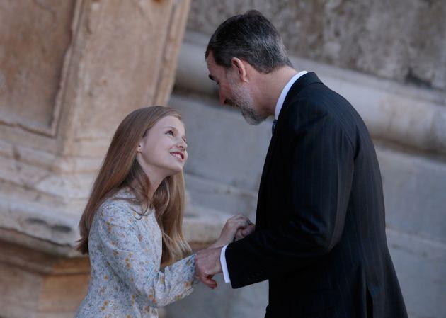 Imagen de archivo del rey Felipe VI con su hija, la infanta