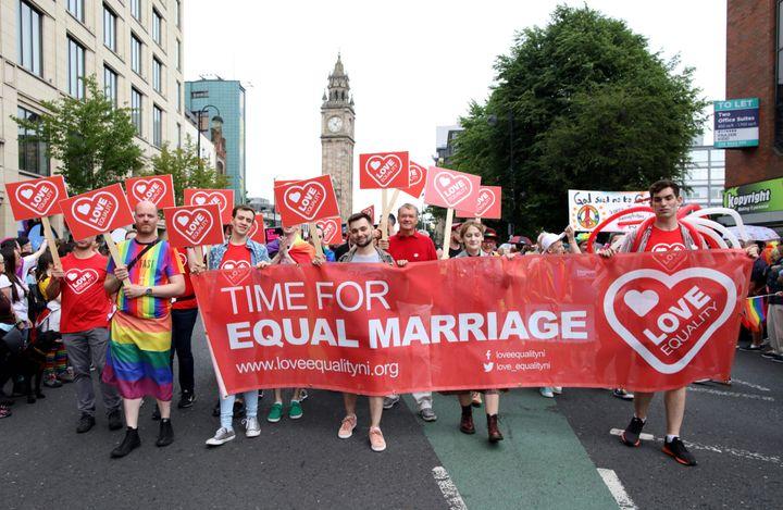 Le 3 août, lors de la Gay Pride de Belfast en Irlande du Nord, des manifestants réclamaient la légalisation du mariage entre personnes du même sexe, entrée en vigueur ce 22 octobre.