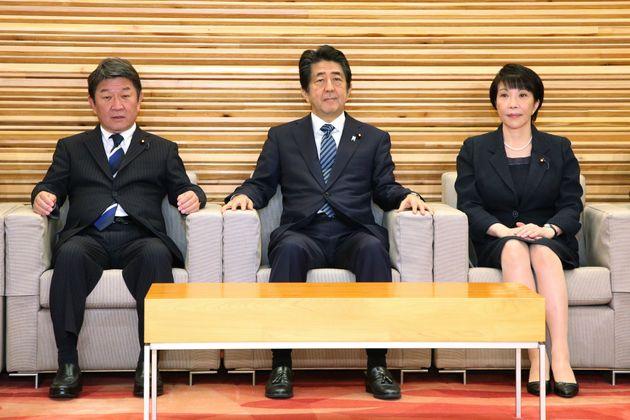 10月18日、閣議に臨んだ安倍晋三首相ら