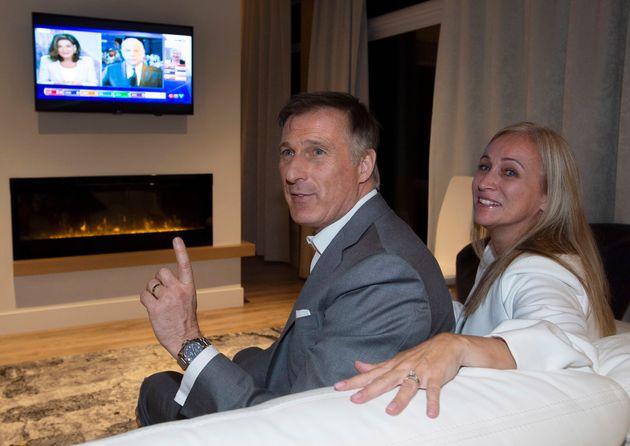 Maxime Bernier regarde les résultats en compagnie de son épouse, Catherine