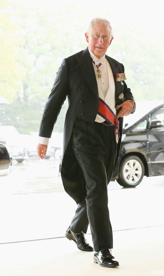 即位礼正殿の儀に参列するため、宮殿に入るイギリスのチャールズ皇太子=10月22日午後、皇居