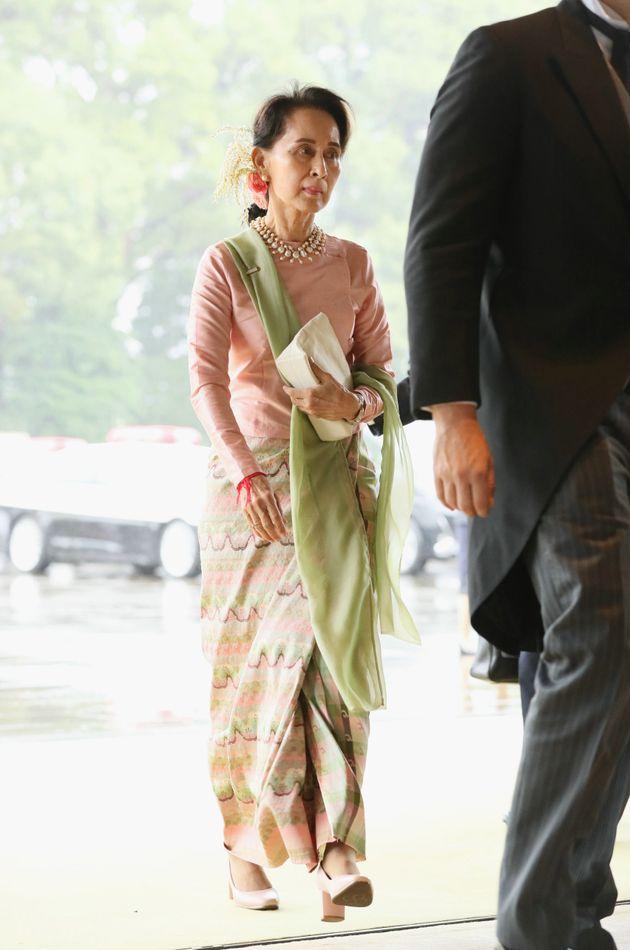 即位礼正殿の儀に参列するため、宮殿に入るミャンマーのアウン・サン・スー・チー国家顧問=10月22日午後、皇居