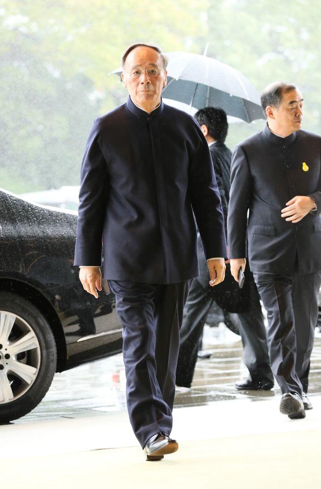 即位礼正殿の儀に参列するため、宮殿に入る中国の王岐山国家副主席=10月22日午後、皇居