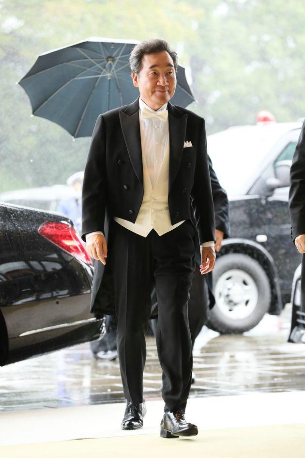 即位礼正殿の儀に参列するため、宮殿に入る韓国の李洛淵首相=22日午後、皇居