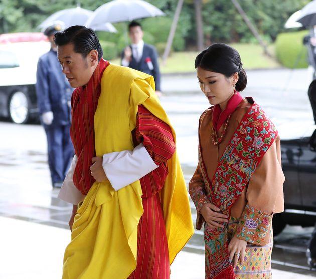 即位礼正殿の儀に参列するため、宮殿に入るブータンのワンチュク国王夫妻=10月22日、皇居・宮殿