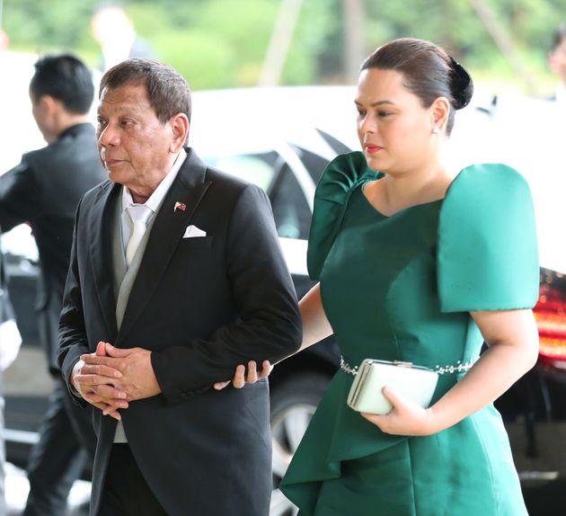 即位礼正殿の儀に参列するため、宮殿に入るフィリピンのロドリゴ・ドゥテルテ大統領(左)=10月22日、皇居