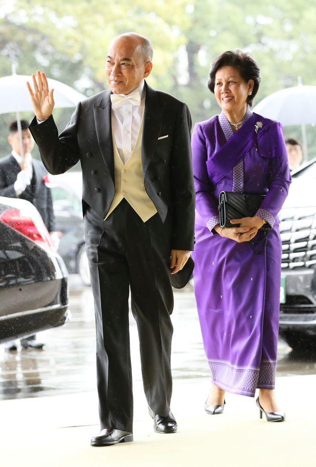 即位礼正殿の儀に参列するため、宮殿に入るカンボジアのシハモニ国王(左)=10月22日、皇居