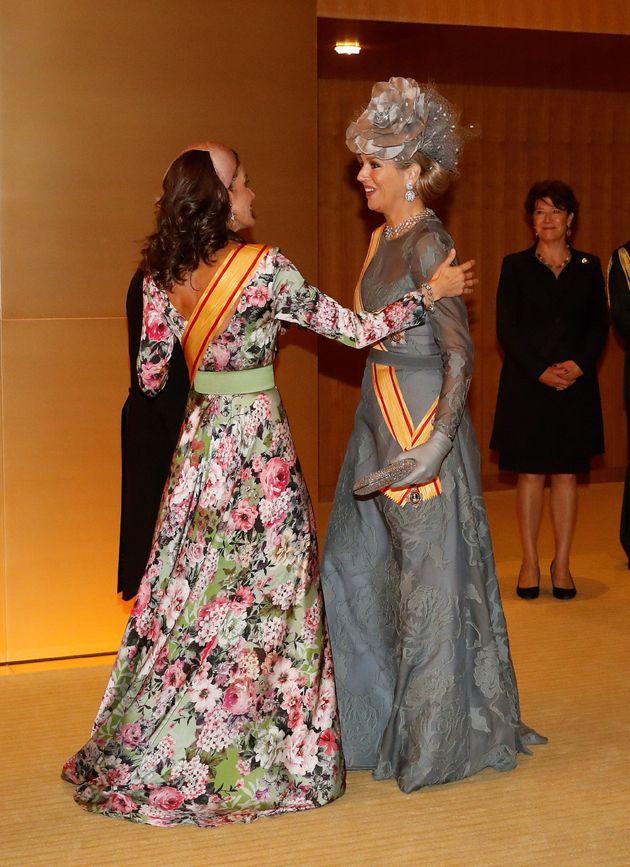 La reina Letizia saluda a Máxima de