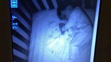 ハロウィンが早めのお母さん方は'ゴーストのベ隣に眠る男