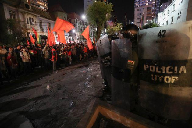 Policias bolivianos vigilan el lugar durante una protesta de simpatizantes de Carlos Mesa y del presidente...
