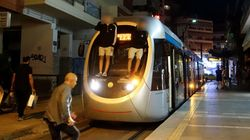 Νεαροί σκαρφαλώνουν στο πίσω μέρος βαγονιών του τραμ που είναι σε κίνηση - Δεν τους βλέπει