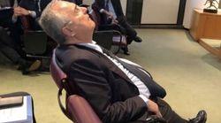Lotito si addormenta all'assemblea della Lega serie A.