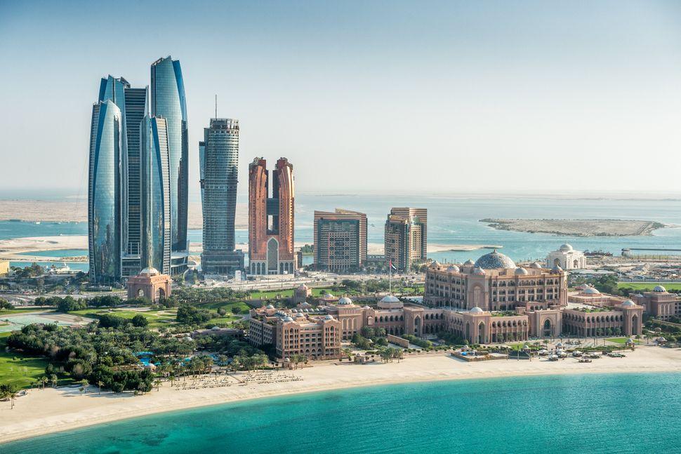 Θάλασσα και ουρανοξύστες στο Αμπού Ντάμπι, την πρωτεύουσα των Ηνωμένων Αραβικών Εμιράτων.
