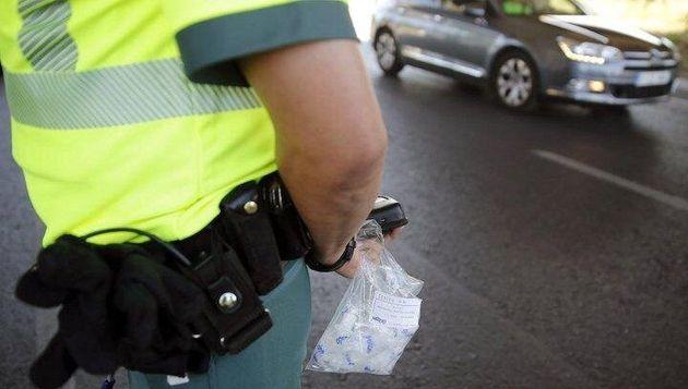 Un agente de la Guardia Civil en un control de alcohol y