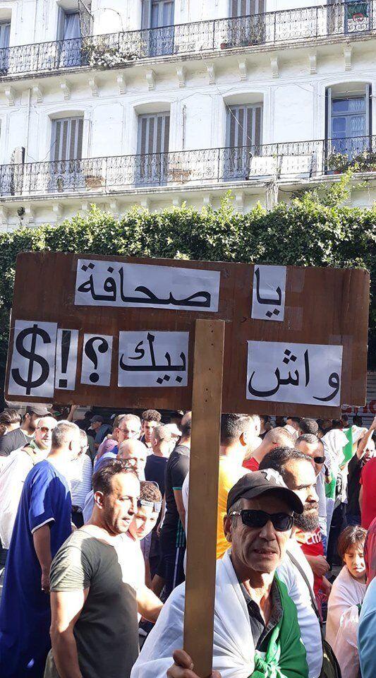 Un citoyen brandit une pancarte sur laquelle il a inscrit