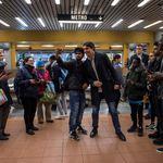 Justin Trudeau rencontre des gens dans une station de