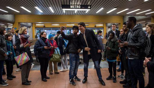 Montréal: Trudeau rencontre des gens dans une station de