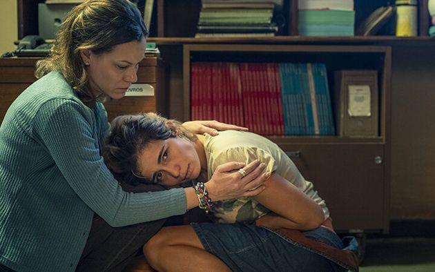 A professora Sônia (Hermila Guedes) e a aluna Rita (Nanda Costa) em cena de