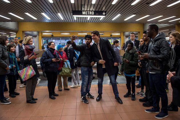 Le premier ministre Justin Trudeau, fraîchement réélu, a pris un bain de foule à la station de métro...
