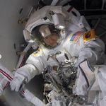 Η σέλφι που τράβηξε αστροναύτης 400 χλμ πάνω από τη