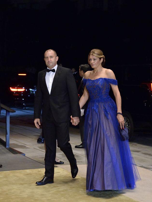 「饗宴の儀」に参列するブルガリアのラデフ大統領(左)夫妻